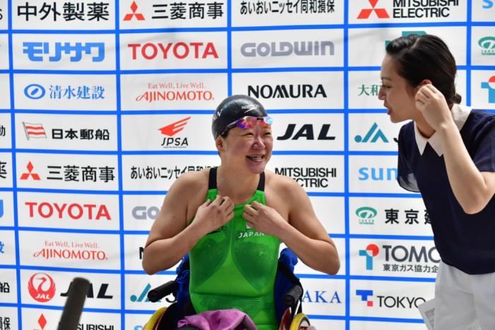 200メートル後にインタビューを受ける成田真由美(横浜サクラ) 写真・佐々木延江