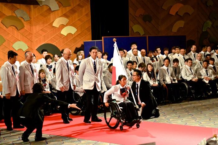 壮行会の終盤。送り出される選手団の先頭を行く車いすテニスの上地結衣(エイベックス)と車椅子バスケットボールの藤本怜央(SUS)