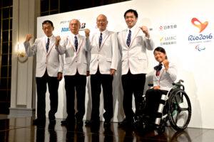 記者会見で。左から、中森邦男(副団長)、櫻井誠一(副団長)、大槻洋也(団長)、藤本怜央(主将)、上地結衣(旗手)