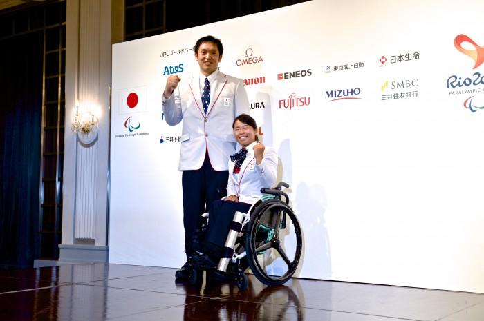 主将で車いすバスケットボールの藤本怜央(SUS)と騎手で車いすテニスの上地結衣(エイベックス)