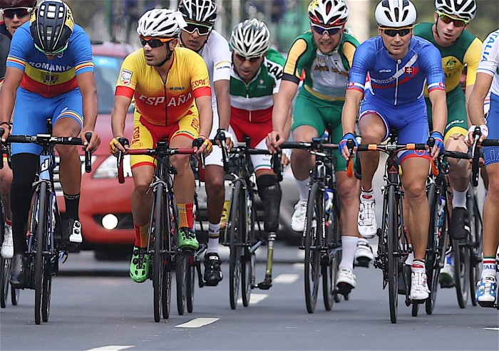 """9月17日に行われた自転車ロードレースのスタート10分後、イランのバハマン・ゴルバルネジャド選手の姿も見られる 写真・中村""""Mant""""真人"""