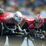 5000メートルT54のレースの先頭で競る樋口政幸 写真・三浦宏之