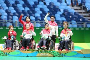 団体戦で銀メダルを獲得したボッチャ日本代表チームの表彰式 写真・中村真人