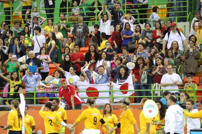 """勝利を喜ぶ日本の観客席の背後に寂しく会場を離れるブラジルの人々 写真・中村""""Manto""""真人"""
