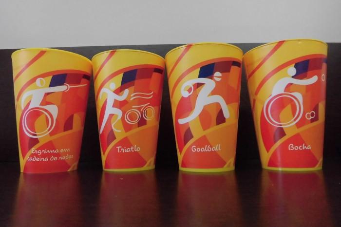 競技ピクトグラムがデザインされたビールカップ