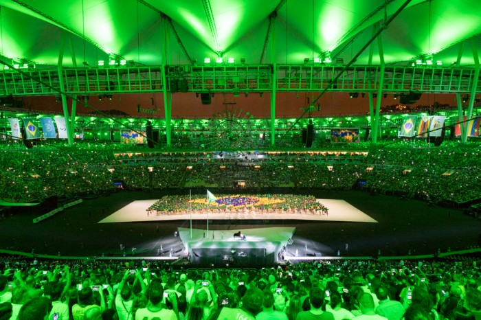 色とりどりのパラソルが集まり、ブラジル国旗が現れた(写真・三浦宏之)