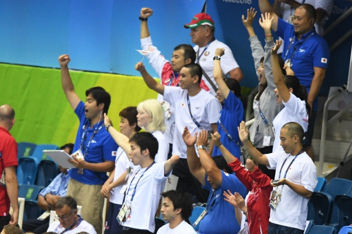 応援する日本選手団 写真・西川隼矢