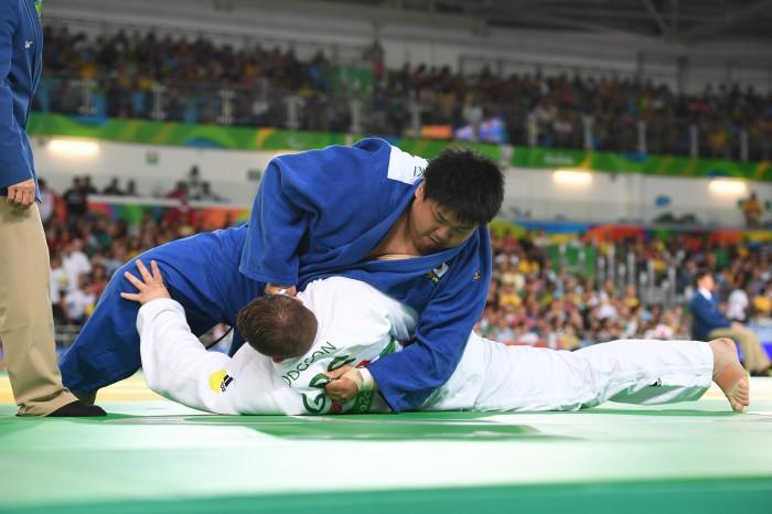 男子柔道110kg超級の決勝戦で、日本の正木健人はイランのHamzeh Nadr選手に技をかけて1本を取る 写真・山下元気