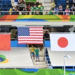 男子100メートル自由形(S11)の表彰式、国旗が上がる 写真・西川隼矢