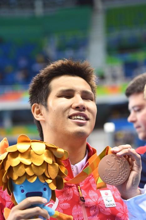 男子100メートル自由形(S11)の表彰式で銅メダルの木村敬一 写真・西川隼矢