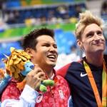 男子100メートル自由形(S11)の表彰式で銅メダルの木村敬一とライバルで1位のスナイダー 写真・西川隼矢