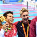 男子100メートル自由形(S11)の表彰式で銅メダルの木村敬一とライバルで1位のアメリカのスナイダー、2位の中国のヤン 写真・西川隼矢