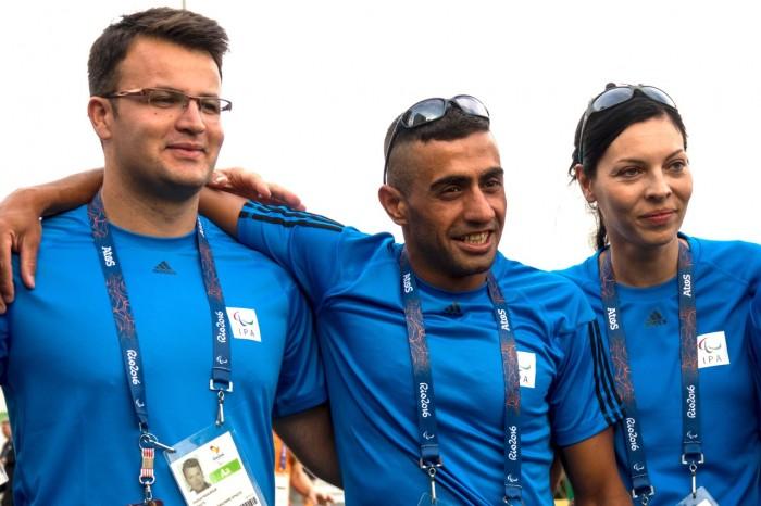 難民選手団として参加する2人の選手とスタッフ 写真・山下元気