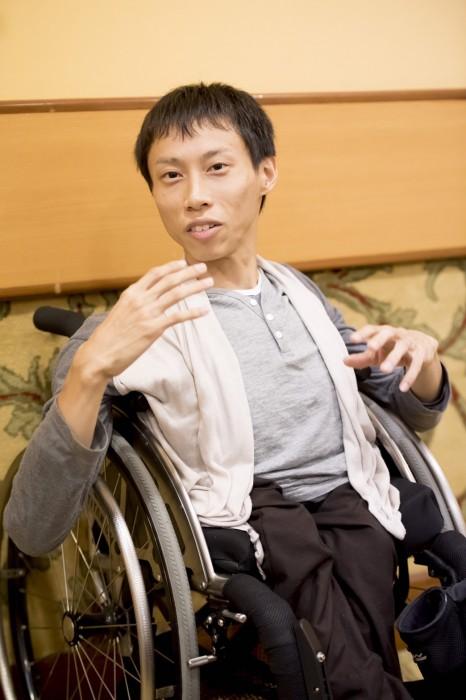 車椅子のパフォーマー・かんばらけんた氏。閉会式翌日のインタビューで 写真・山下元気