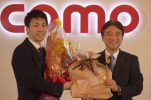 吉澤和弘社長が花束を贈呈した