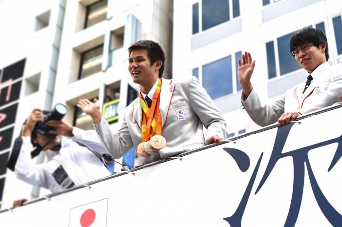 左、水泳で4つのメダルを獲得した木村敬一(視覚障害)と右・17歳の銅メダリスト中島啓智(知的障害)
