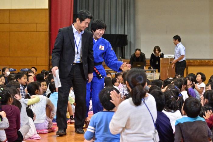 港南第二小学校で講演する半谷静香。山手英樹校長先生に手引きしてもらいハイタッチしながらお別れ