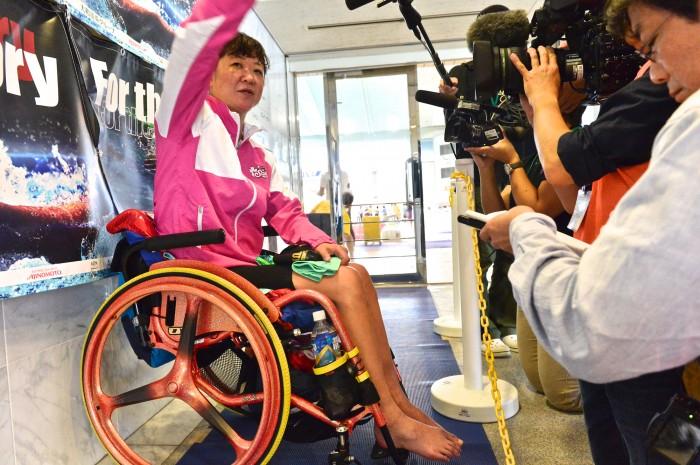 50メートル自由形(S5)の競技を終えてミックスゾーンで記者たちのインタビューに答える成田真由美