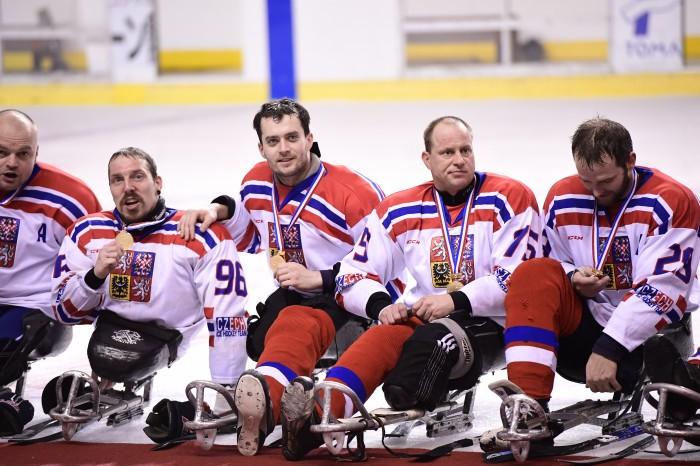 優勝したチェコチーム、メダル授与式