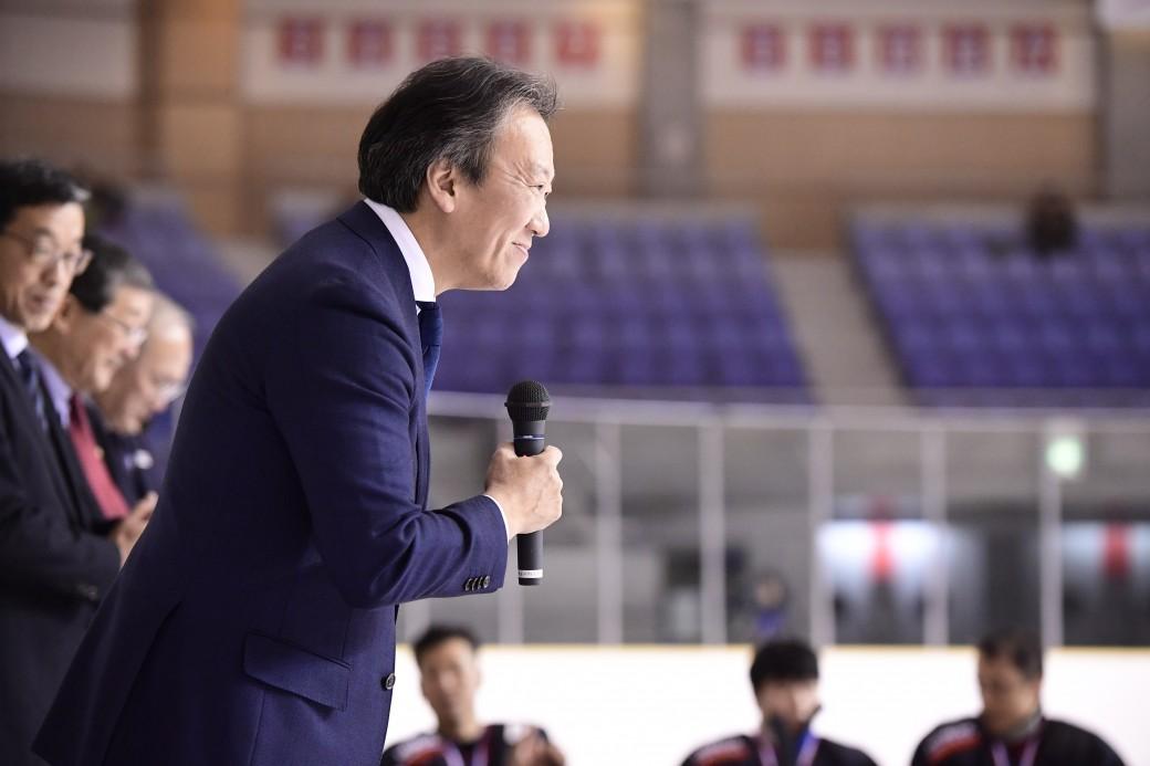 閉会式でスピーチする中北浩仁監督