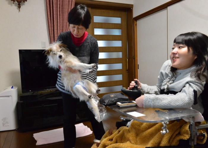 自宅にて母と19歳の飼い犬と。