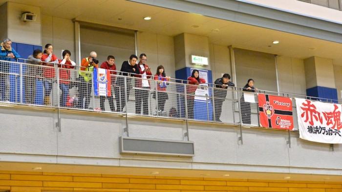 「赤い魂」で横浜クラッカーズを応援する