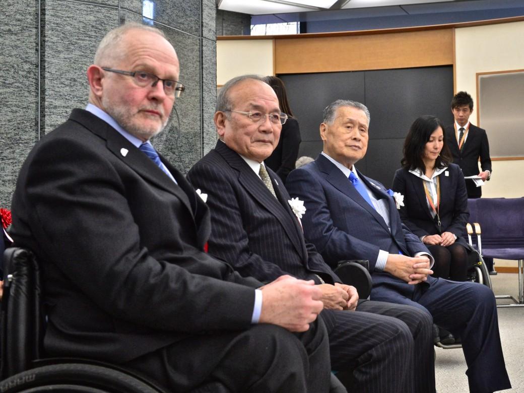 スピーチを待つ登壇者(左から)(左から)IPCフィリップ・クレイヴァン会長、JPC鳥原光憲会長、2020東京森喜朗会長。奥に控えるマセソン美季プロジェクトマネージャー氏