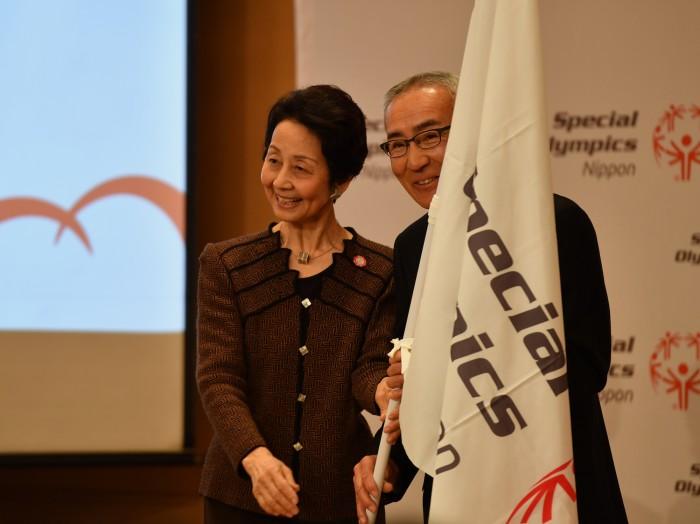 細川佳代子名誉会長から大和田誠団長へ団旗が渡る