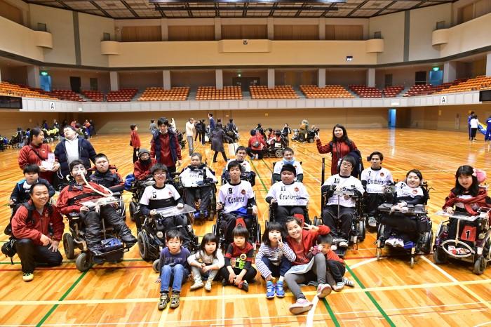 Yokohama Crackersとスタッフ、応援の子供たち