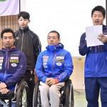 海外選手への歓迎の言葉を伝える三澤拓(SMBC日興證券)と日本選手団