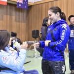海外選手と歓談する村岡桃佳(早稲田大学)左。3月3日20歳の誕生日を迎えた