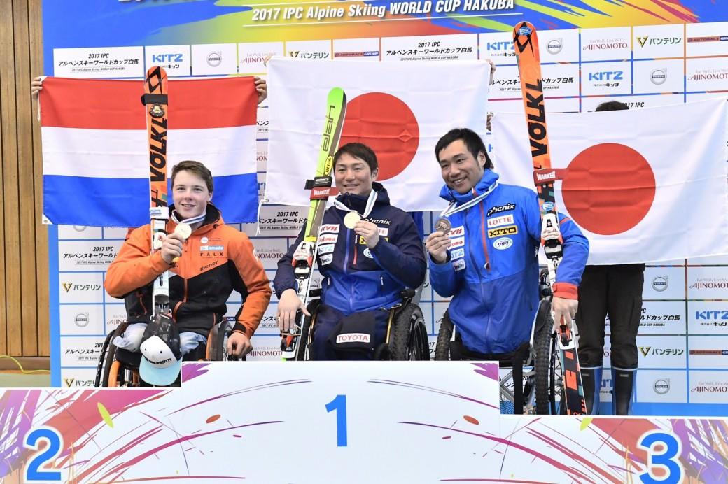 スーパー大回転2戦目、表彰式 1位・森井大輝(トヨタ自動車)、2位・ユーロン・カンプシャー(KAMPSCHEUR Jeroen)、3位・鈴木猛史(KYB)