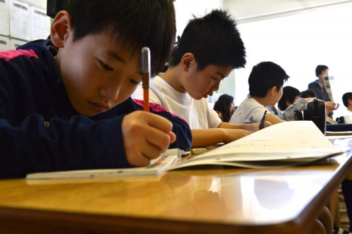 教室での公開授業。感じたこをとワークシートに書く