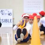 体育館での公開授業。シッティングバレーボールをやってみよう!