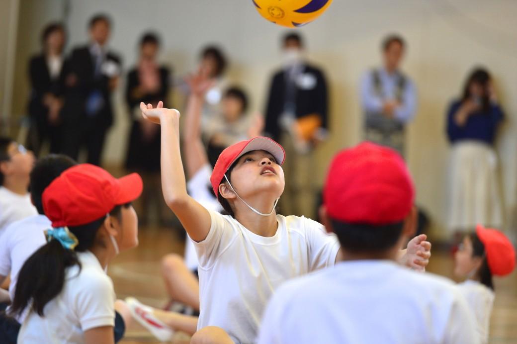 体育館での公開授業「シッティングバレーボールをやってみよう!」
