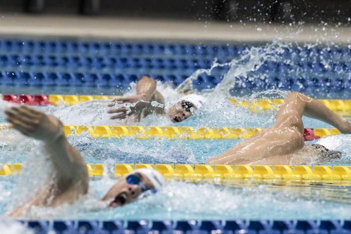 男子200メートル個人メドレーの競い合い