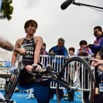 5月13日パラトライアスロン女子PTHC(車椅子)で優勝した土田和歌子。ミックスゾーンで記者に囲まれる