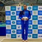 400メートル個人メドレーで世界新記録、日本知的障害者水泳連盟会長 佐野和夫氏からの表彰を受ける津川拓也