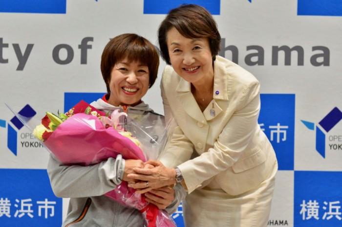 横浜市役所を訪れた土田和歌子(左)と林文子横浜市長