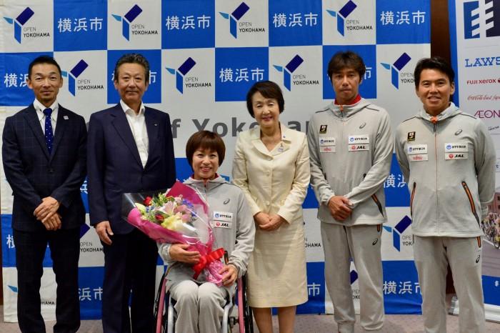 6月19日、横浜市長・林文子を訪問した土田和歌子と競技スタッフ