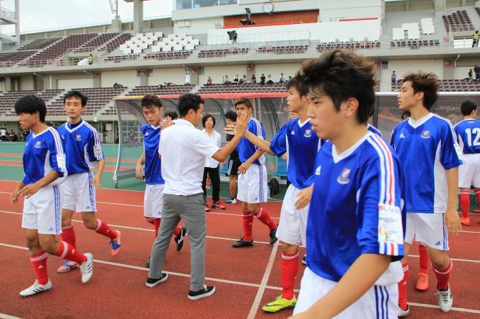 試合後の横浜のハイタッチ