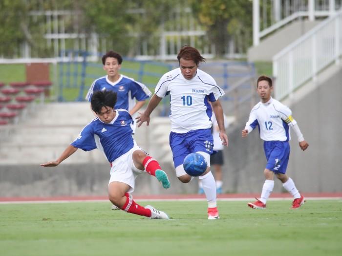 後半、ゴール前に攻め混む横浜F・マリノスフトゥーロと防ぐブルーシーサー