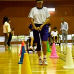 視覚障害の体験で白状で障害物を確認しながら歩く生徒