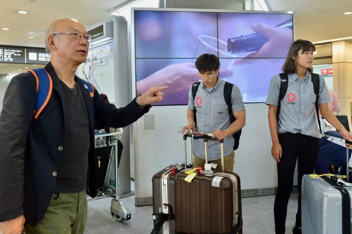 日本身体障害者水泳連盟・桜井誠一氏、帰国した選手の無事を確認する