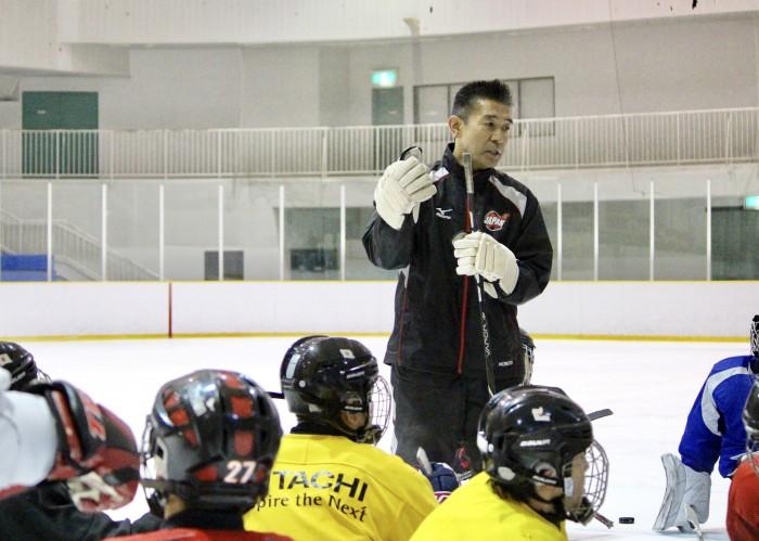 平昌への最終戦に向けた、強化合宿で信田憲司コーチ。やまびこスケートの森アイスアリーナ