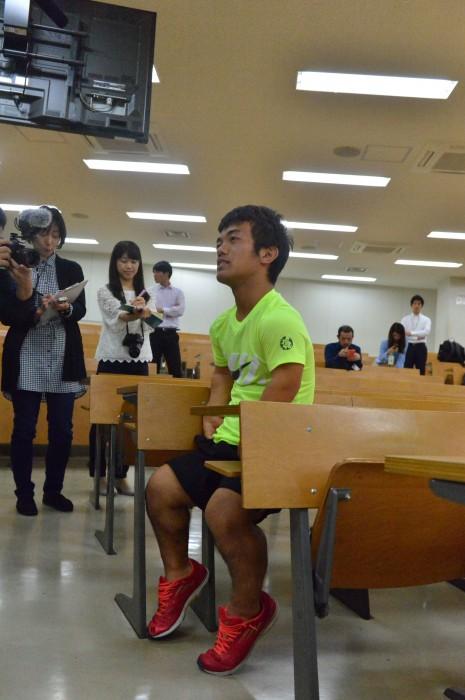 東京都とWOWOWからインタビューを受ける、山手勇一。野球の投げる経験を生かし、投てき種目に取り組む