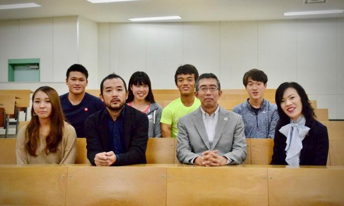 授業を終えた講師陣と感想のインタビューに応じてくれた体育学部社会体育学科・野村一路教授と学生たち
