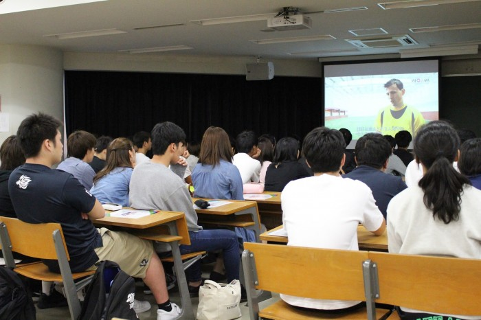 授業でWOWOWの映像を観る学生たち