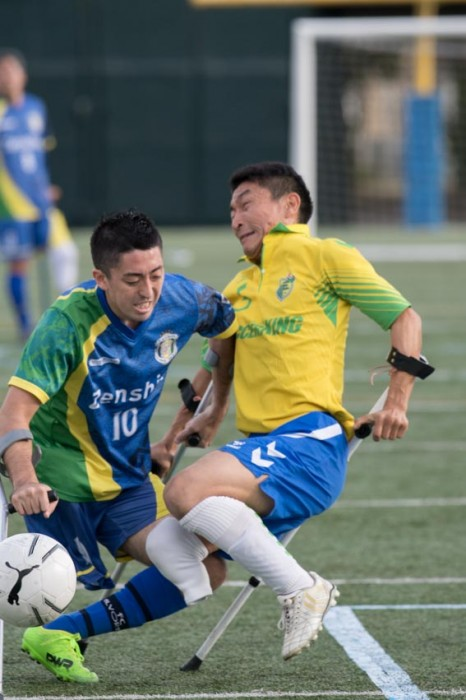 強豪同士の第3試合で、FCアウボラーダ10番・エンヒッキ・松茂良・ジアスと、関西Sete Estrelas 5番・田中啓史の迫合い。エンヒッキは2008年にアンプティサッカーを日本にもたらした
