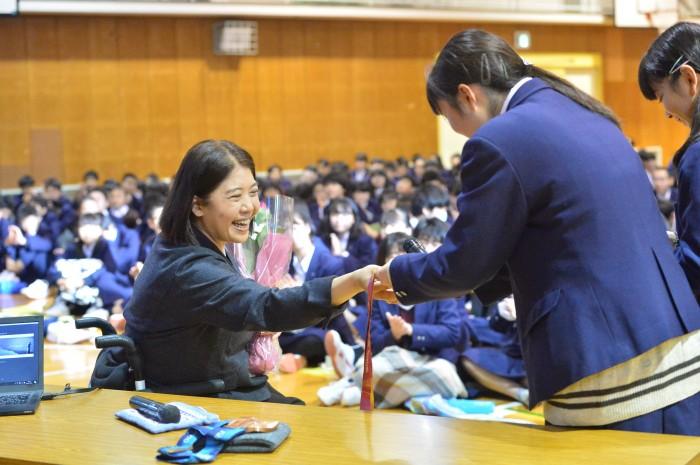 講演のお礼に、生徒代表から大日方へ花束が贈られた。